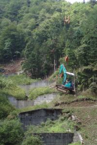 5.搬器にてミニバックホウの吊上げ